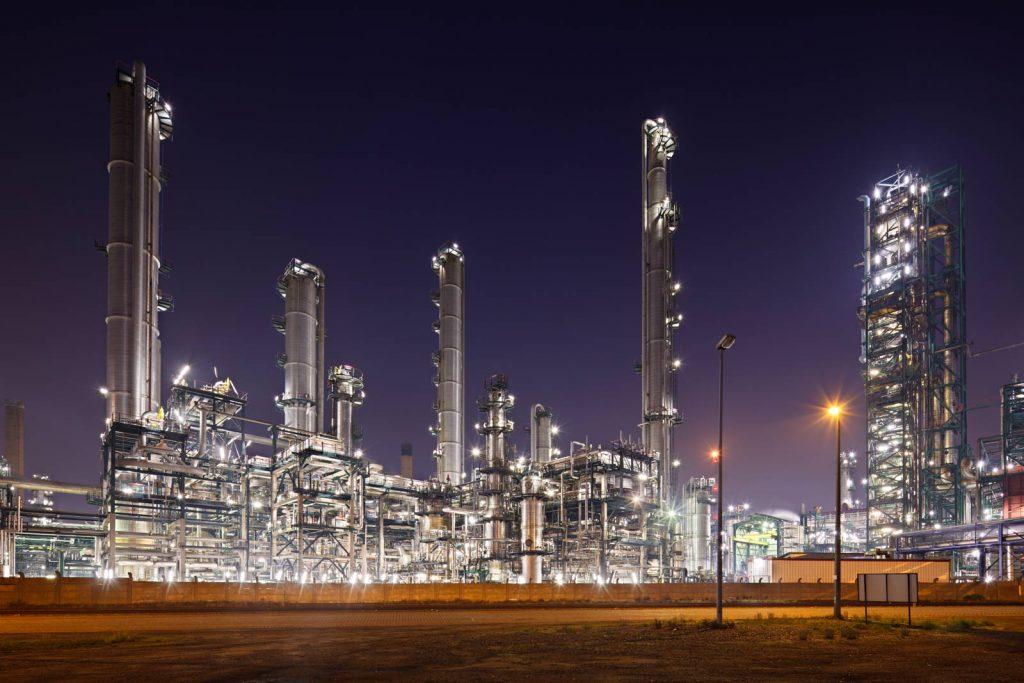 refinery-at-night-TFAMU3X